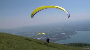 Colorful paraglide on blue sky — Stock Video