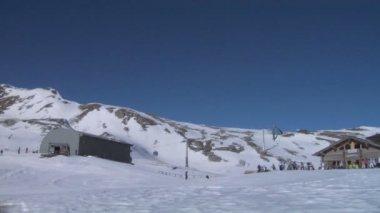 Esquiadores de esquí en el valle de santa caterina valfurva — Vídeo de Stock