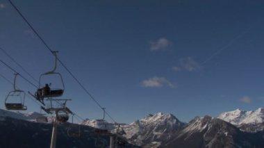 Sandalye üzerinde kayakçı ile teleferik — Stok video