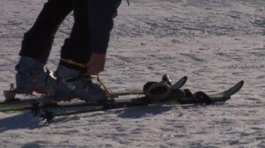 ための準備 - スキー、ブーツを締める — ストックビデオ