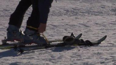 Preparando-se para esquiar - as botas de fixação — Vídeo Stock