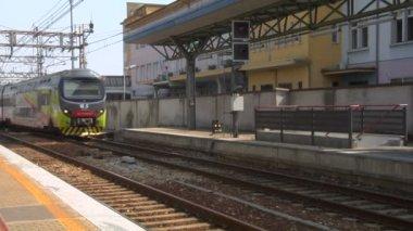 鉄道駅で乗客列車 — ストックビデオ