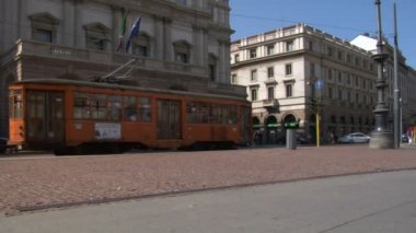Typical yellow trams in Milan (Italy) — Stock Video