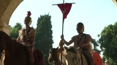 Roman legionaries during the reencatment — Stock Video