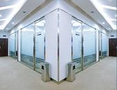 Korridoren i kontorsbyggnad med stora fönster passerar dagsljus — Stockfoto