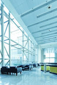 La nouvelle zone de réception de bureau, propre et lumineuse. — Photo