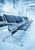 Sandalye boş havaalanı terminal bekleme yeri. — Stok fotoğraf