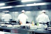 Chefs de mouvement d'une cuisine de restaurant — Photo