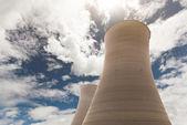 Torre de resfriamento na usina nuclear — Fotografia Stock