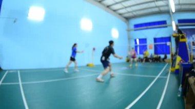 Campi da badminton con i giocatori in competizione in coperta. — Video Stock