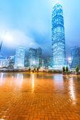 Die leichten Trails auf dem Hintergrund der modernen Gebäude in Hongkong c — Stockfoto