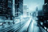 трафик с размытия света через город ночью — Стоковое фото
