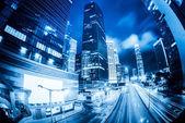 Gece şehirde hafif bulanıklık ile trafik — Stok fotoğraf