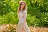 Młoda kobieta z długie falowane włosy w elegancki garnitur światło — Zdjęcie stockowe