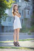 Retrato de una chica morena hermosa en un vestido corto con maquillaje brillante — Foto de Stock