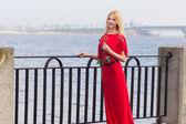 Retrato de mujer rubia en rojo maxi vestido al aire libre — Foto de Stock