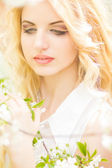 Spring portrait of a beautiful young blonde woman. — Stockfoto