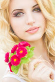 Portrait of a beautiful young blonde woman on a sunny summer day — Stock Photo