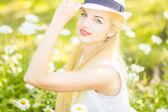 户外夏天的年轻可爱的金发女孩的画像。美丽的女人,在公园里摆姿势 — 图库照片