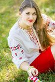 Девушка позирует лежа на траве фото фото 745-366