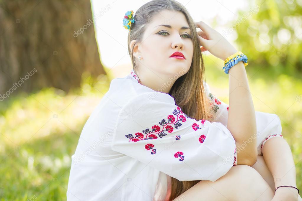 девушка позирует лежа на траве фото