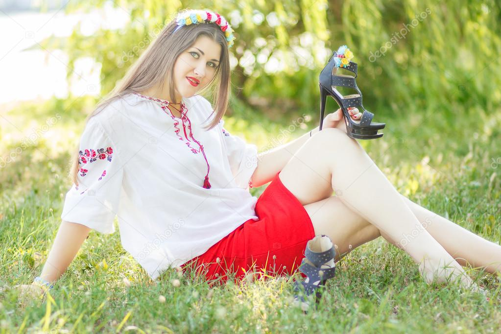 Девушка позирует лежа на траве фото фото 502-985