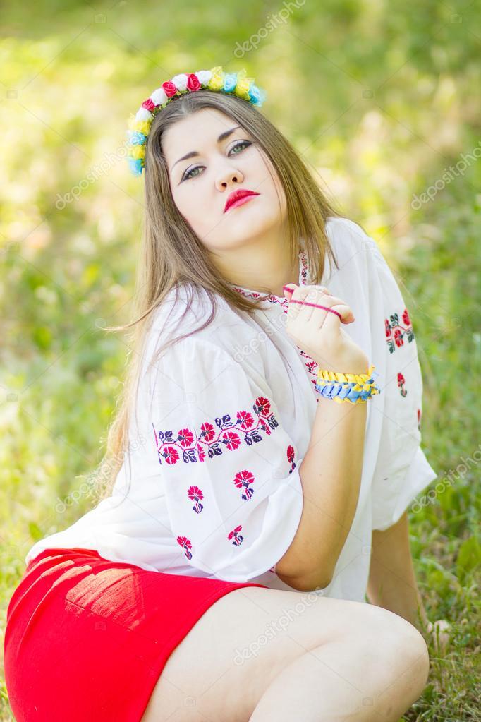 Девушка позирует лежа на траве фото фото 745-903