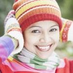 Junge Frau trägt einen Hut, Schal und Handschuhe im freien — Stockfoto