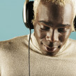 Young man listening to headphones - 图库照片