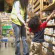 African American mother and young son at health food store — Stockfoto
