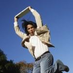 uomo sudamericano saltando con portatile — Foto Stock