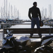 Young man standing on a pier bench - Foto de Stock