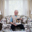 Senior man holding photograph — Foto de Stock