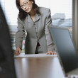 Businesswoman working at her desk — ストック写真