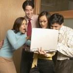 Бизнесмены возбужденных при использовании ноутбука — Стоковое фото