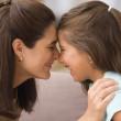 母亲和女儿摸鼻子的配置文件 — 图库照片