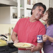 Senior Hispanic couple in kitchen — Stock Photo