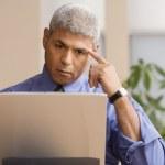 homme d'affaires à l'aide d'un ordinateur portable — Photo