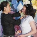 chica hispana probándose tiaras — Foto de Stock