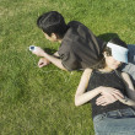 pareja joven relajante en pasto — Foto de Stock