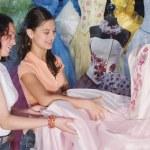 niñas hispanas mirando vestido de quinceañera — Foto de Stock