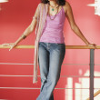 Full view portrait of woman standing against railing - Foto de Stock