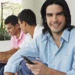uomini sudamericani utilizzando telefoni cellulari — Foto Stock