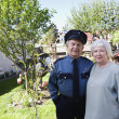 Foto Stock: Senior couple standing together in yard
