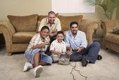 Multigeneracionales hispanos masculinas familiares jugando juegos de video — Foto de Stock