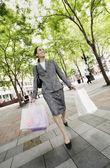 女人携带购物袋 — 图库照片