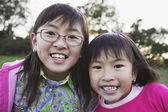 молодые азиатские сестры в сельской местности — Стоковое фото