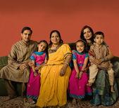 Plusieurs génération famille indienne en tenue traditionnelle — Photo