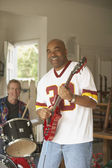 Dwóch mężczyzn w średnim wieku gra gitara i perkusja — Zdjęcie stockowe