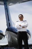 Asiático masculino pé de piloto na cauda do avião privado — Foto Stock